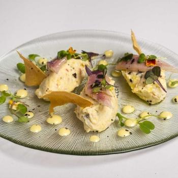 Ensaladilla marinera con anguila ahumada y wasabi